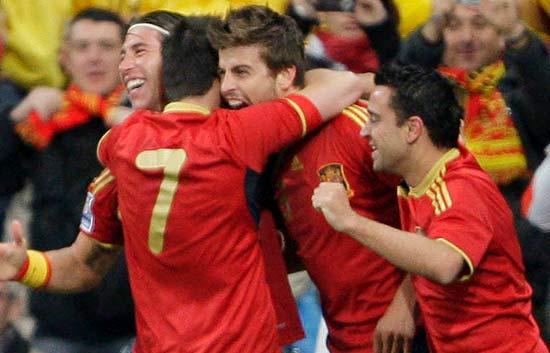 España vence con gol de Piqué