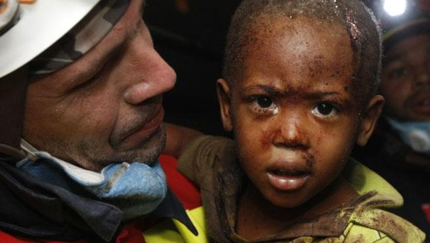 Un español rescata a un niño de dos años