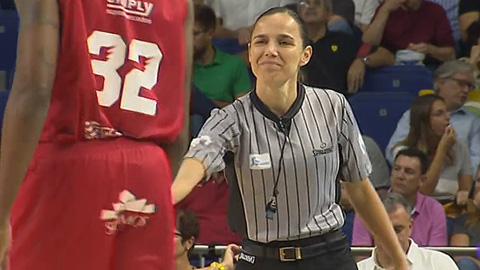 Esperanza Mendoza es la única mujer árbitro en la ACB
