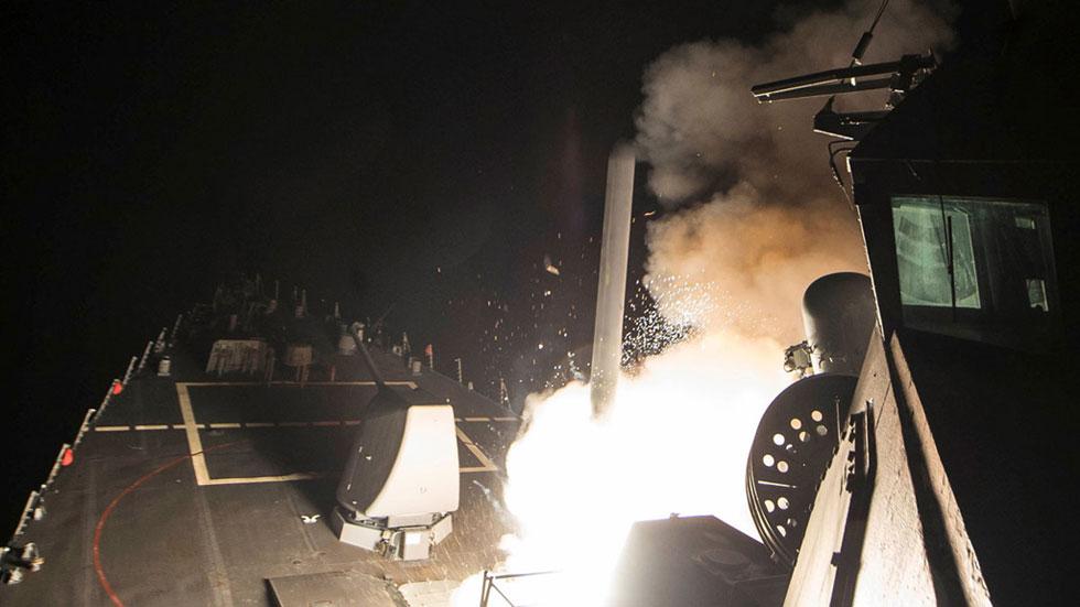 Estados Unidos bombardea un aeródromo en Siria con decenas de misiles crucero