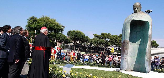 Roma rinde homenaje a Juan Pablo II con una estatua de bronce de cinco metros del pontífice en la principal estación de tren de la ciudad