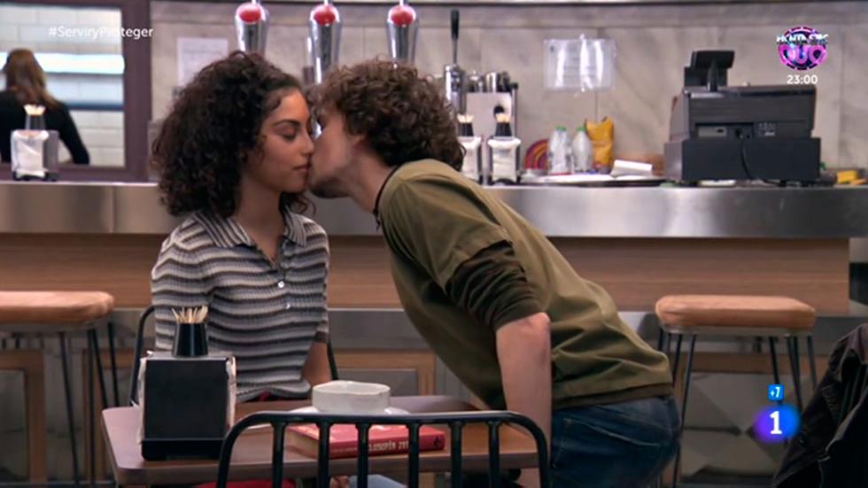 Servir y proteger - Eugenio devuelve el beso a Salima