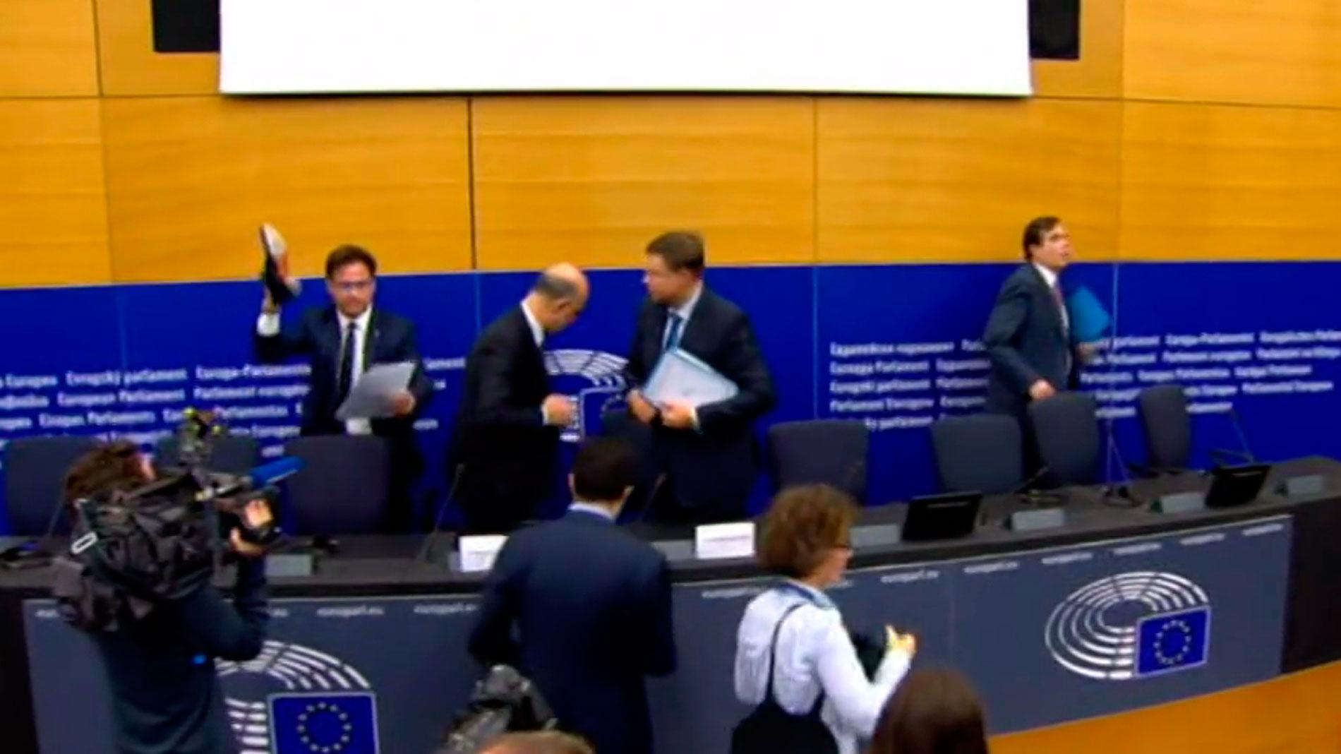 Un eurodiputado de la ultraderechista Liga pisotea los papeles del comisario tras vetar presupuesto