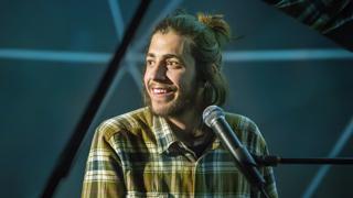 """Eurovisión 2017 -  Salvador Sobral (Portugal) interpreta en directo """"Amar Pelos Dois"""""""