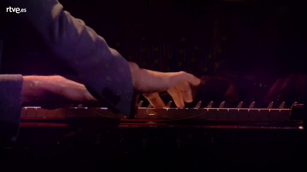 "Salvador Sobral canta ""Amar pelos dois"" con Caetano Veloso"