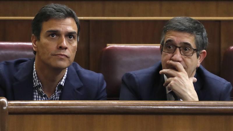 El ex secretario general del PSOE Pedro Sánchez junto al diputado Patxi López