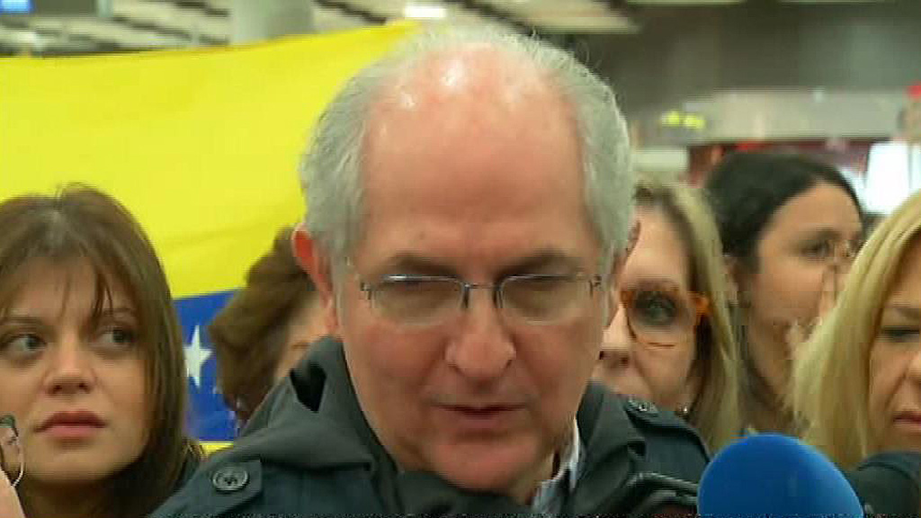 El exalcalde opositor de Caracas Antonio Ledezma llega a España