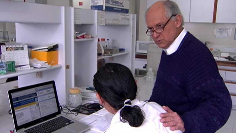 Un tribunal colombiano obliga a parar los experimentos del científico Manuel Patarroyo