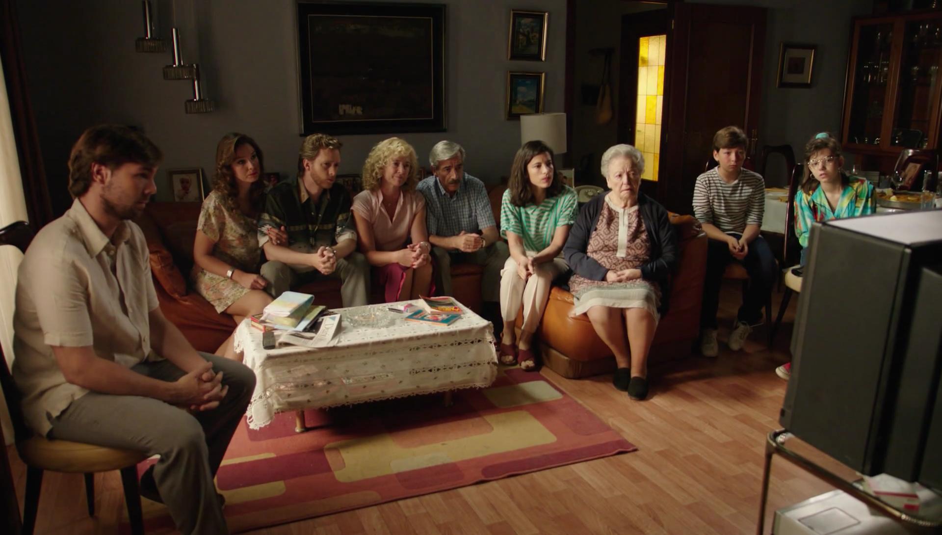 Cuéntame cómo pasó - La familia Alcántara ve el vídeo de Carlos