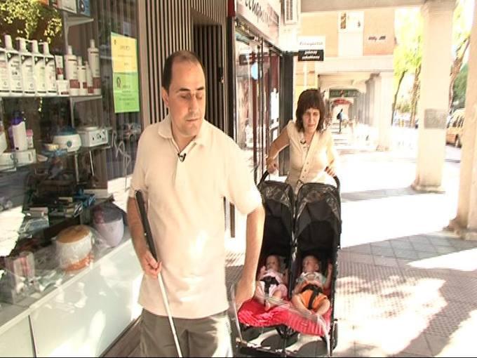 Carmen y Adolfo son ciegos y acaban de ser padres de mellizos, un niño y una niña.