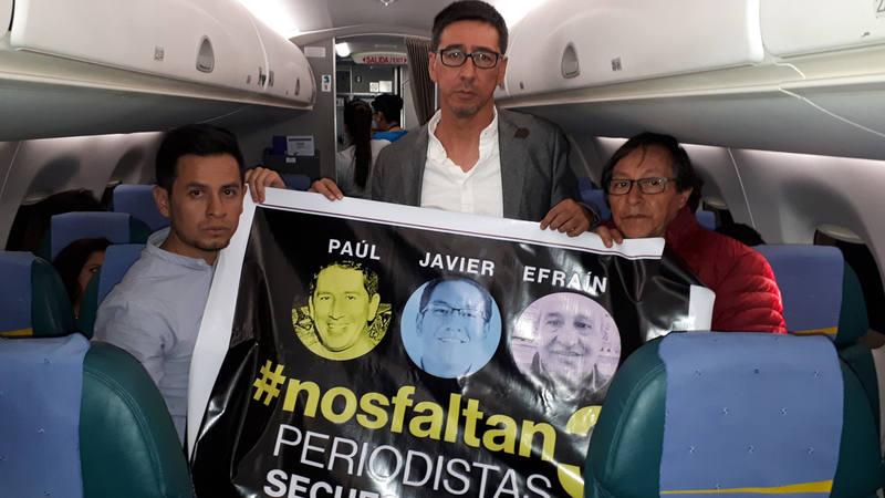 Los familiares del equipo del diario 'El Comercio' Cristian Segarra, hijo del conductor Efraín Segarra; Enrique Rivas, hermano del fotógrafo Paúl Rivas; y Galo Ortega, padre del periodista Javier Ortega