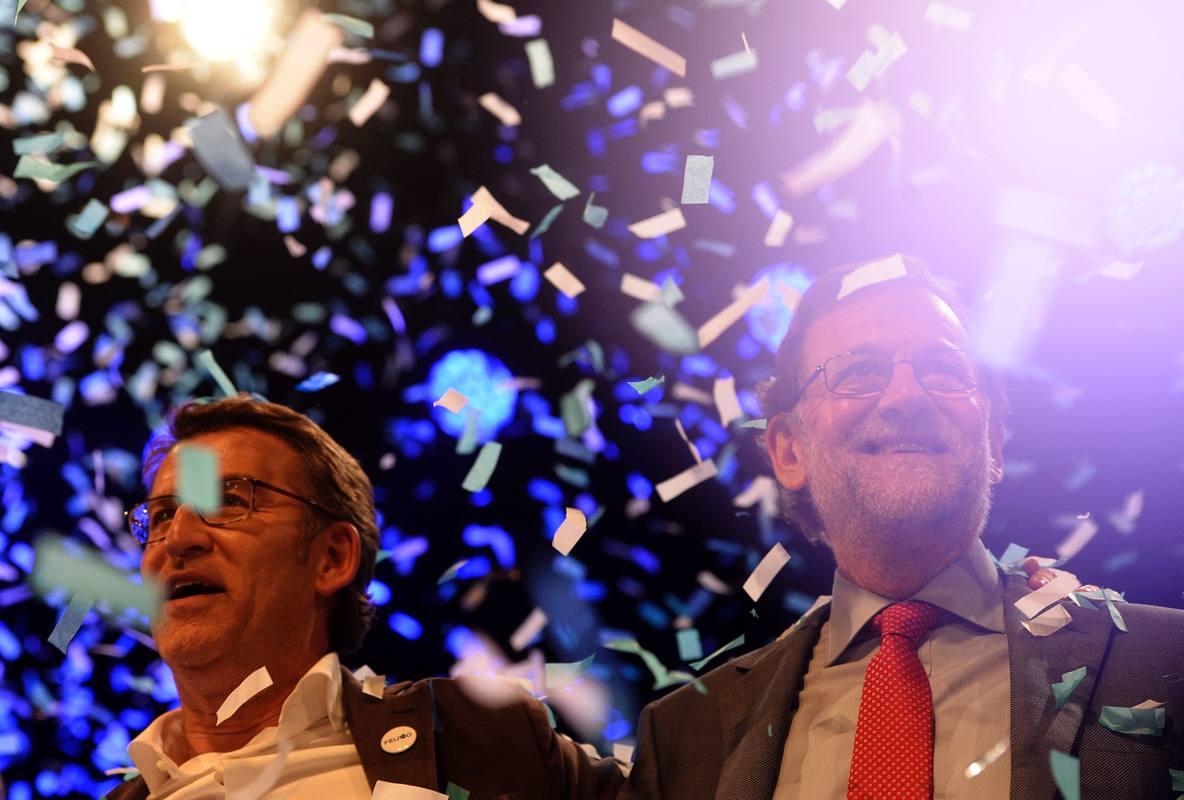 Feijóo y Rajoy saludan al acabar su último mitin, en Vigo
