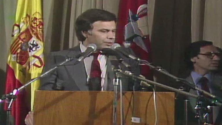 Felipe González celebra la victoria del PSOE en las elecciones de 1982
