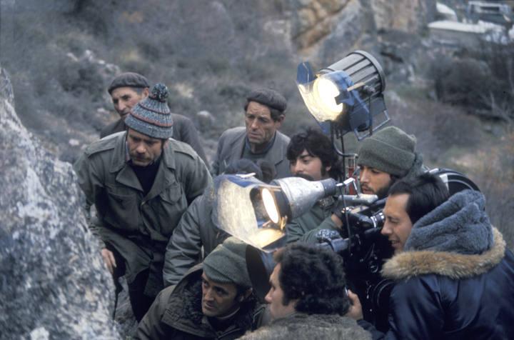 Félix Rodríguez de la Fuente rodeado por su equipo y algunos curiosos durante la grabación de un capítulo de 'El Hombre y la Tierra'