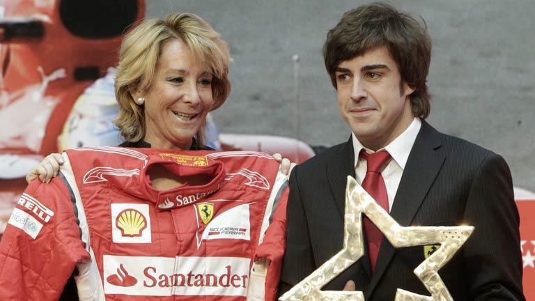 Fernando Alonso regala un mono de piloto a Esperanza Aguirre