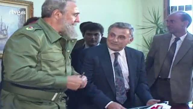 Fidel Castro recibió una figura de Sargadelos en su visita a Galicia de manos de Fraga en 1992