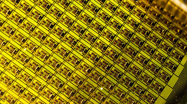 Circuitos flexibles que contienen microchips para estudiar el corazón humano