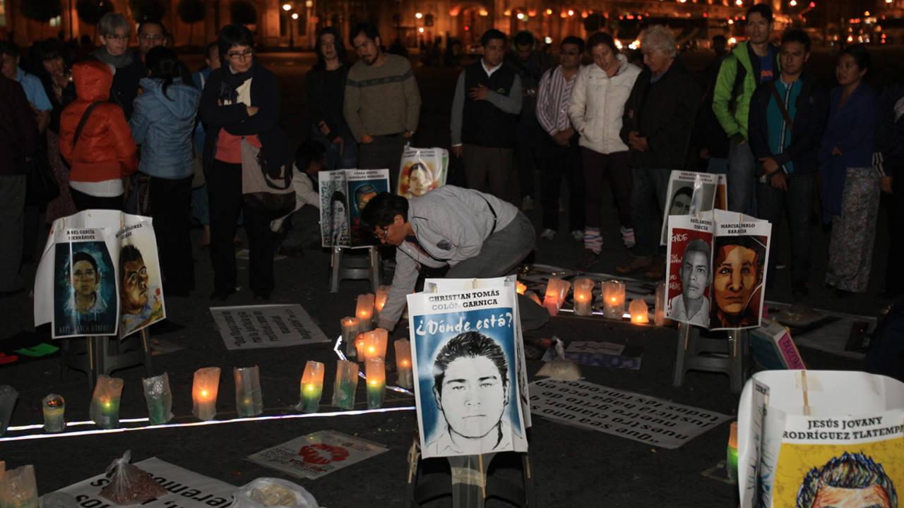 Fotografía de archivo en el que un grupo de personas rezan por los 43 estudiantes desaparecidos en México