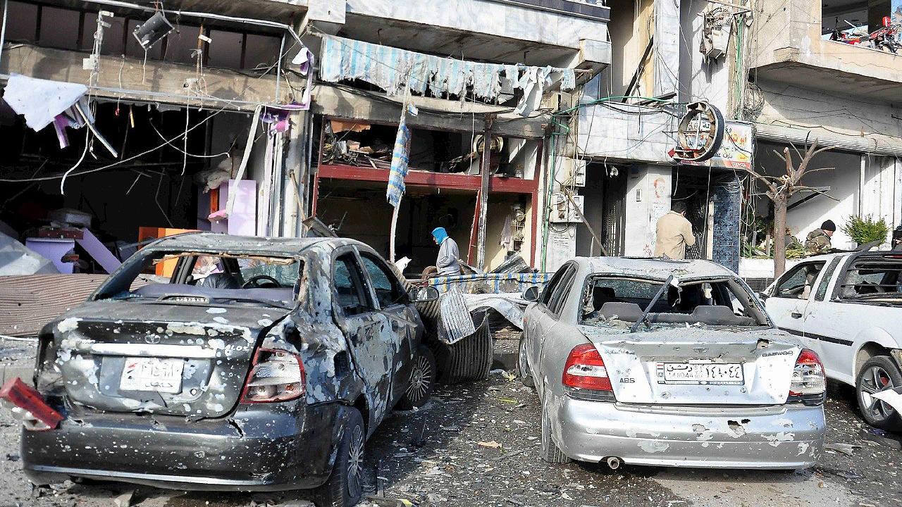 Fotografía facilitada por la agencia oficial siria SANA que muestra los daños causados por el atentado en el barrio de Al Zahra, en Homs, el 26 de enero de 2016. AFP/SANA