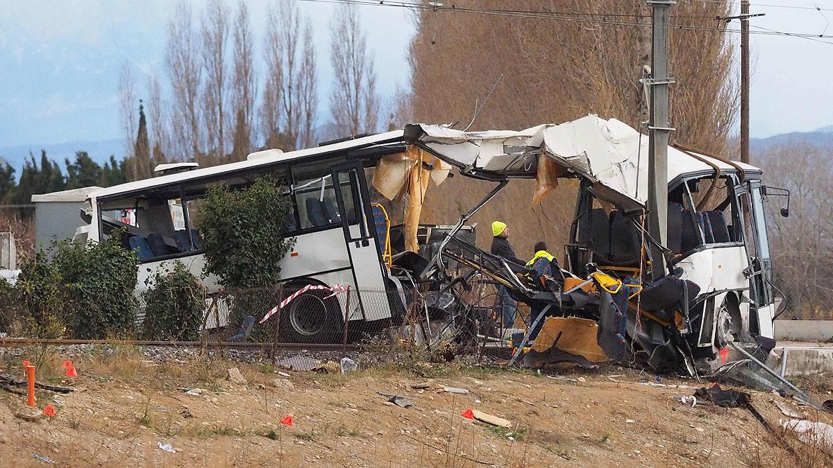 Francia investiga las causas del accidente entre un tren y autobús escolar