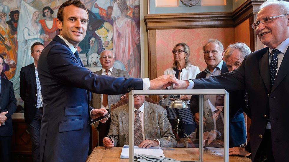 Macron se impone en la primera vuelta de las legislativas con una abstención histórica