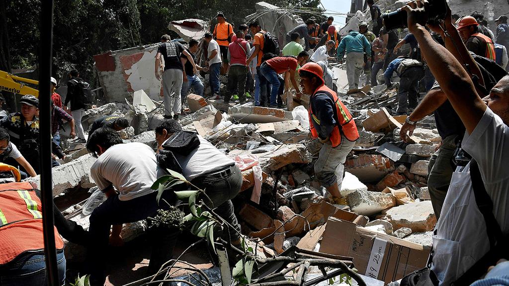 Un fuerte terremoto sacude la capital de México y provoca el colapso de edificios