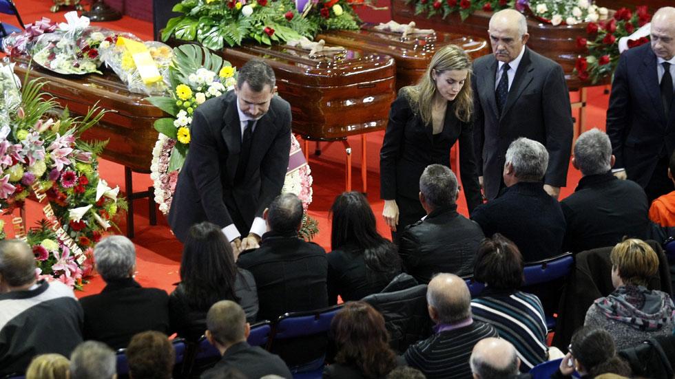 Más de 2.000 personas despiden a los 14 fallecidos en el accidente de autobús en Murcia