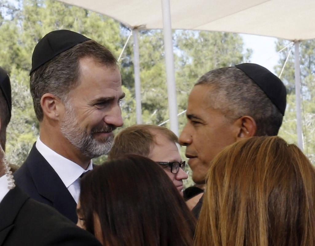 El rey Felipe VI conversa con el presidente Obama antes del funeral de Simón Peres