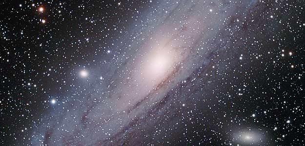 La galaxia de Andrómeda (M31) está situada a tan sólo 2.3 millones de años luz de la Tierra, lo que la convierte en la galaxia gigante más cercana a la Vía Láctea