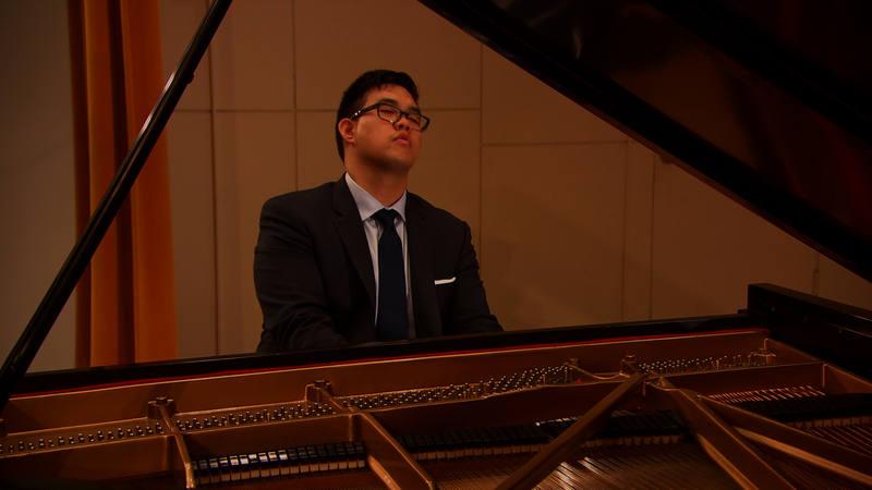 George toca el piano