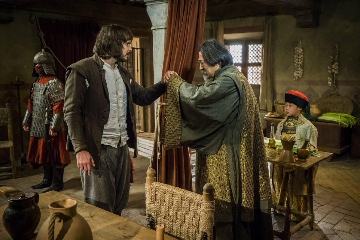 Gonzalo recibe al maestro chino que se llevará al hijo que acogieron los Montalvo en la Villa