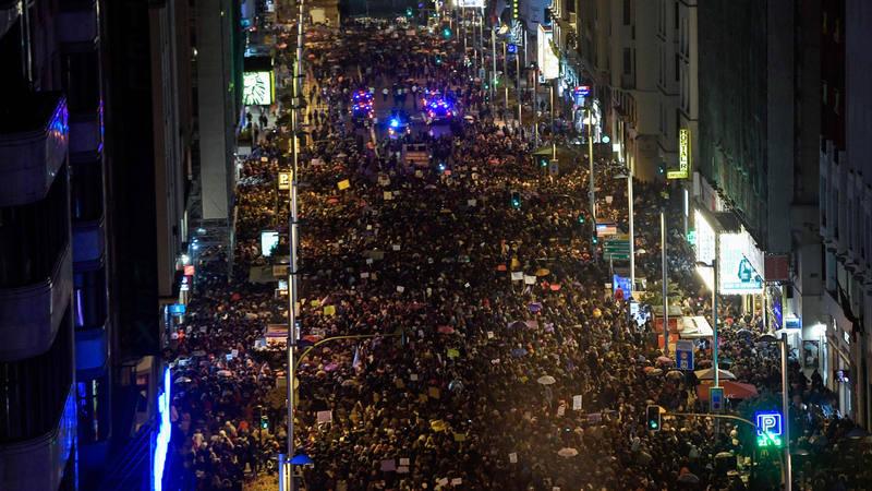La Gran Vía madrileña, abarrotada de personas por el Día de la Mujer