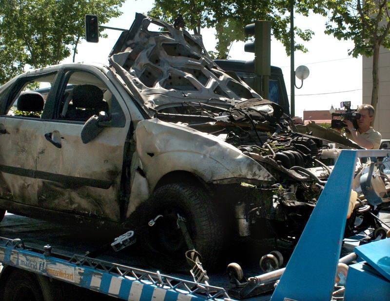 Una grúa retira uno de los turismos afectados por la bomba de ETA el 25 de mayo de 2005