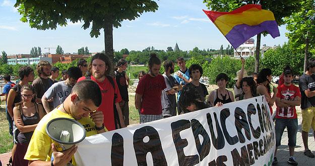 Un grupo de jóvenes protestan ante la llegada del príncipe a la autónoma