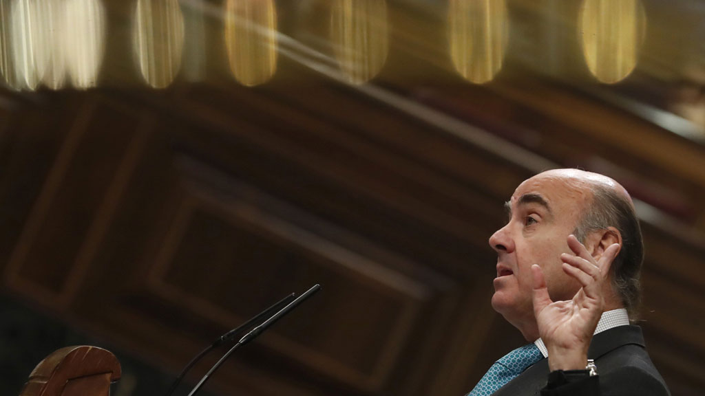 """De Guindos advierte de que la fuga de empresas de Cataluña registrada hasta ahora es sólo """"un aperitivo"""""""