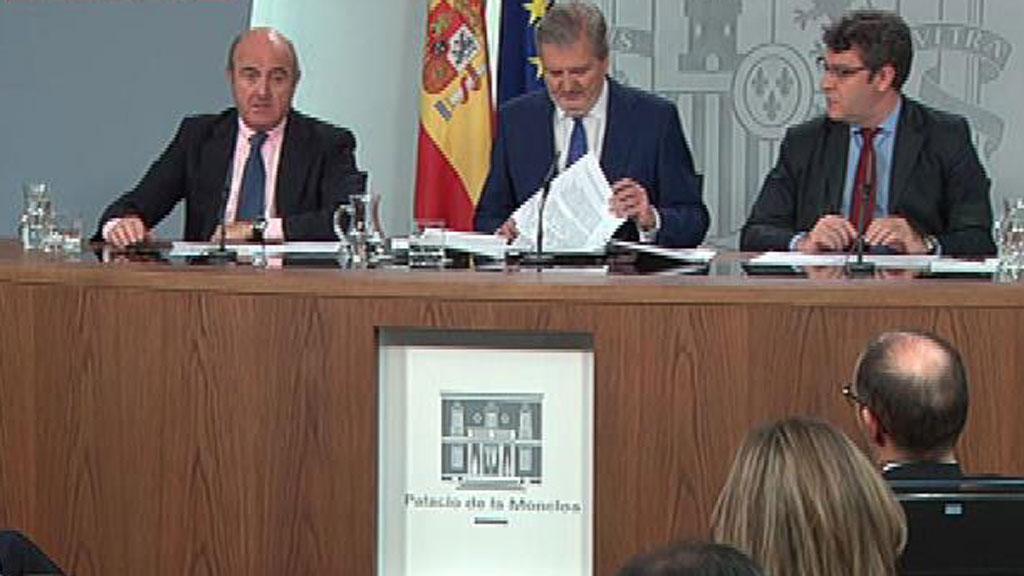 """De Guindos: la salida de empresas de Cataluña """"es culpa de una política irresponsable que genera inquietud"""""""