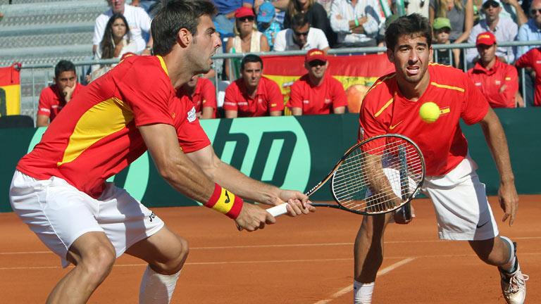 Los hermanos Bryan ganan el punto de dobles a Granollers y López
