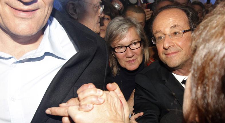 Hollande se dirige a sus seguidores en la plaza de la Bastilla
