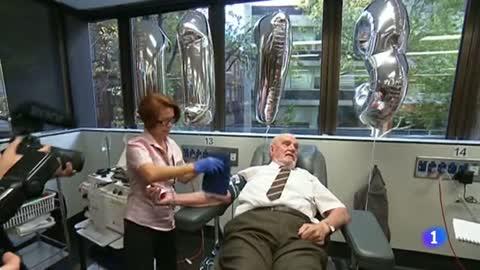 """El """"hombre del brazo de oro"""" dona sangre por última vez tras salvar la vida a 2,4 millones de bebés"""