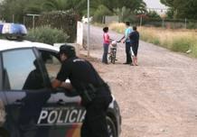 Agentes de la Policía Nacional y vecinos en el descampado de Córdoba donde fue asesinada la última víctima de violencia de género a manos de su novio.