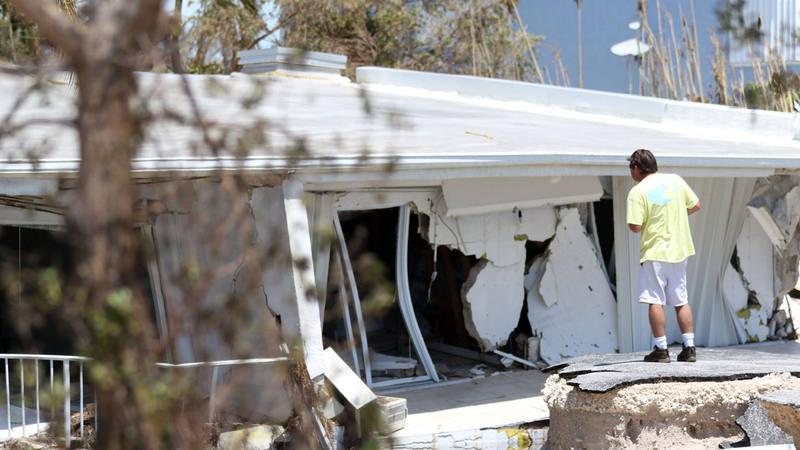 Un hombre observa su casa destruida en Los Cayos de Florida