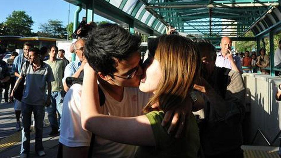 Hoy se celebra el día mundial del primer beso