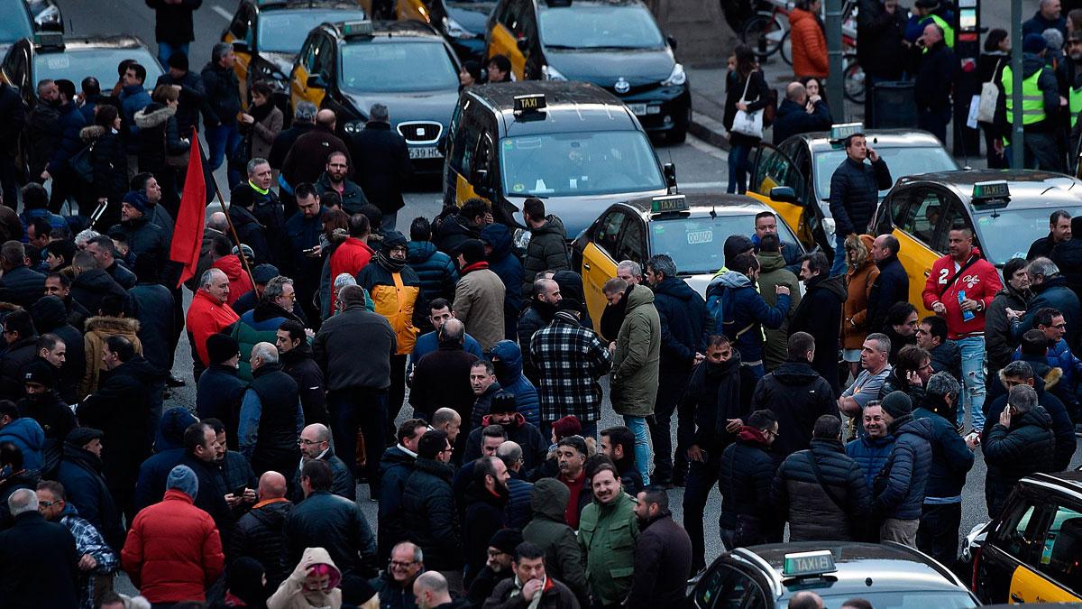 Huelga indefinida del taxi en Barcelona por la nueva regulación catalana de los VTC