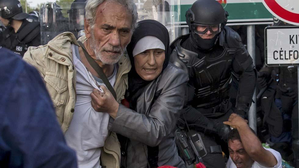Hungría lanza gases lacrimógenos contra refugiados que intentan pasar la frontera