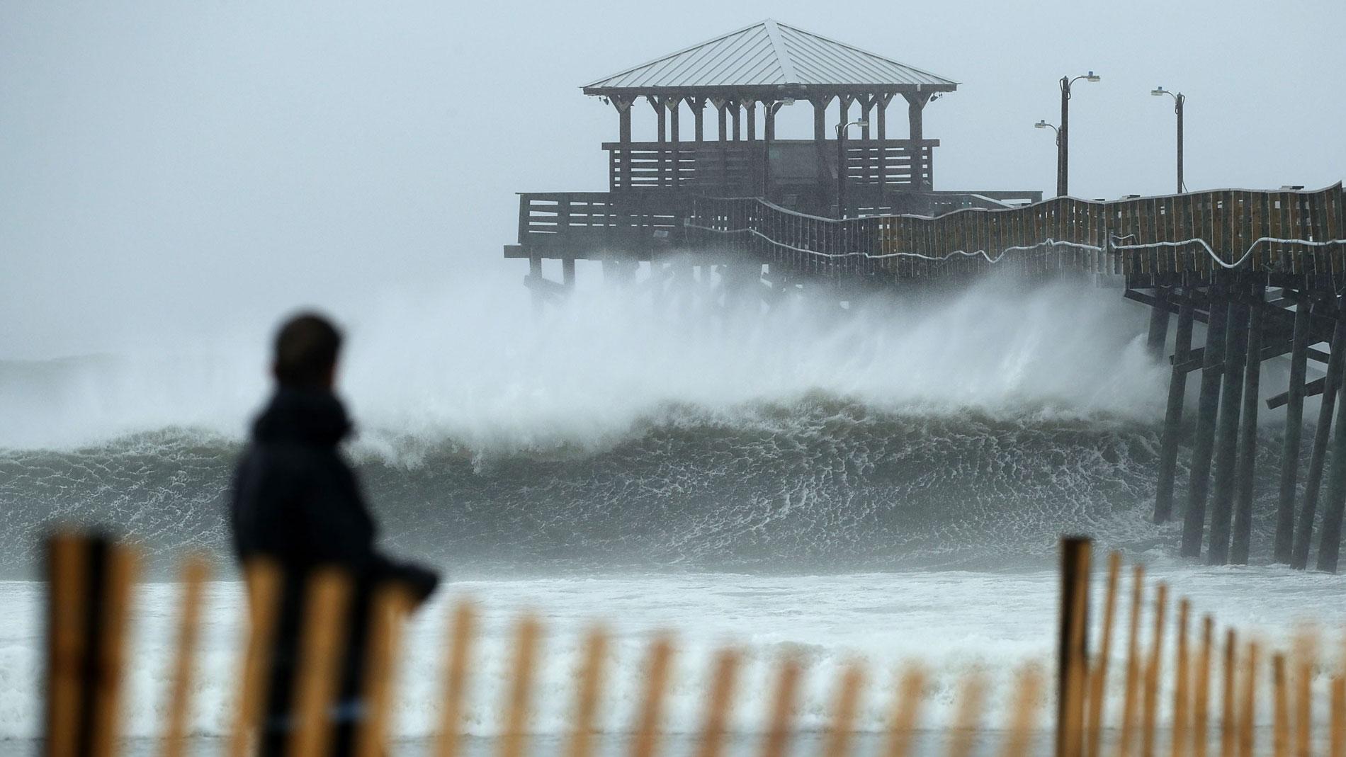 El huracán Florence comienza a dejar fuertes lluvias en la costa sureste de Carolina del Norte