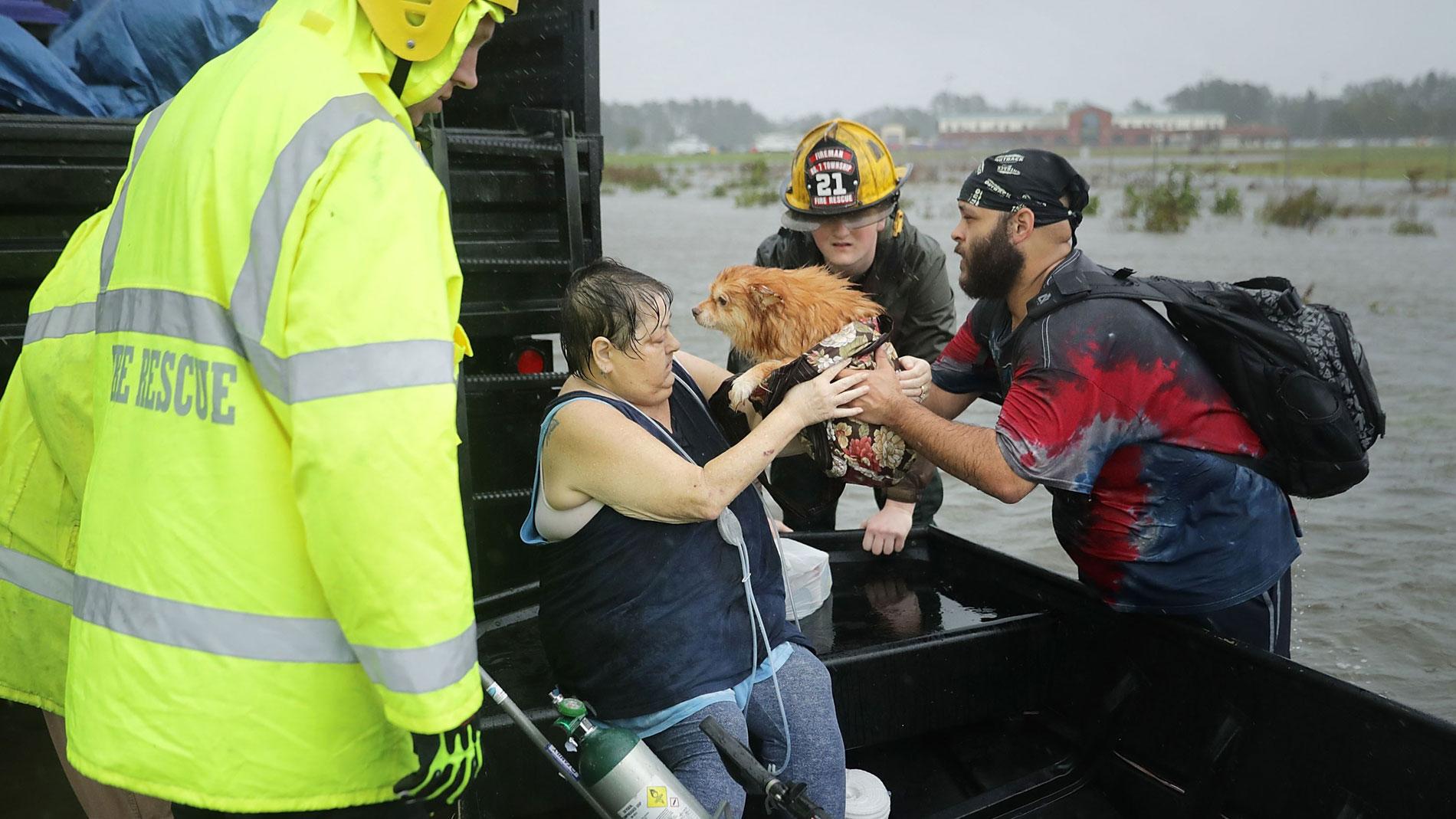 El huracán Florence toca tierra en Carolina del Norte con vientos de más de 150 kilómetros por hora