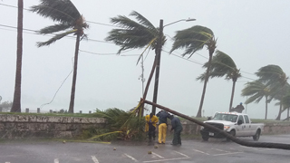 El huracán Matthew azota Florida a 200 km/h