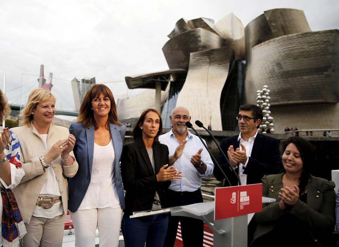 Idoia Mendia ha dado un paseo por la ría de Bilbao en el inicio de su campaña