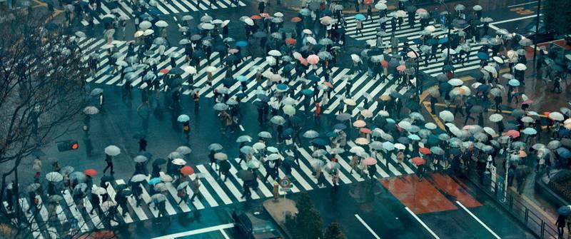 Imagen aérea de un paso de cebra en una calle masificada de Tokio, Japón