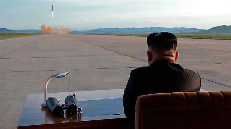 Imagen de archivo en la que el líder norcoreano, Kim Jong-un, supervisa un ensayo armamentístico